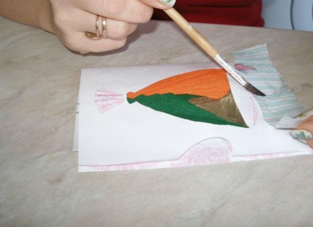 Приклеиваем салфетку к открытке