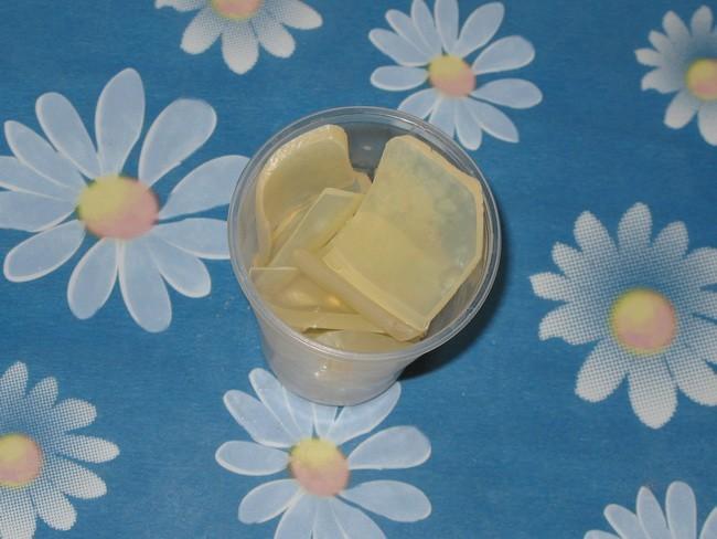 Измельченная основа для мыла в пластиковом стакане