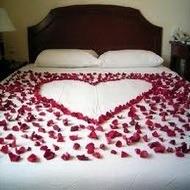 Постель усыпанная лепестками роз