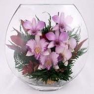 Живые цветы в стеклянной вазе