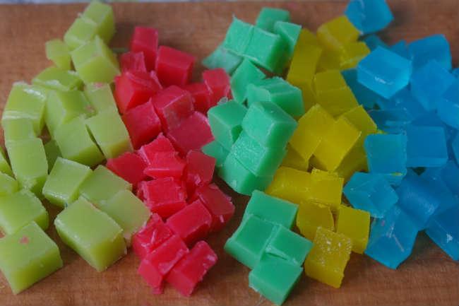 Режем слитки мыльной основы на равные кубики