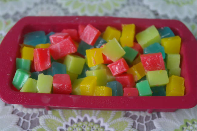 Укладываем конфетти из цветной основы в форму