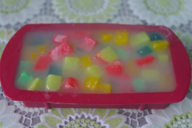 Заливаем конфетти полупрозрачной жидкой основой