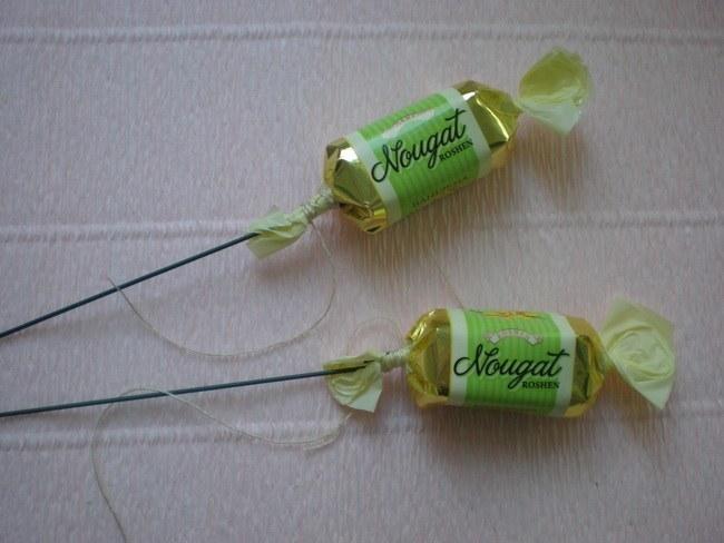 Крепим проволоку у основания конфет