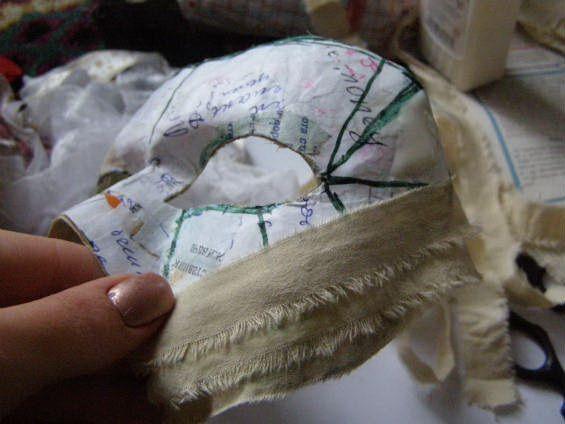 Наклеиваем полоски ткани на маску по диагонали