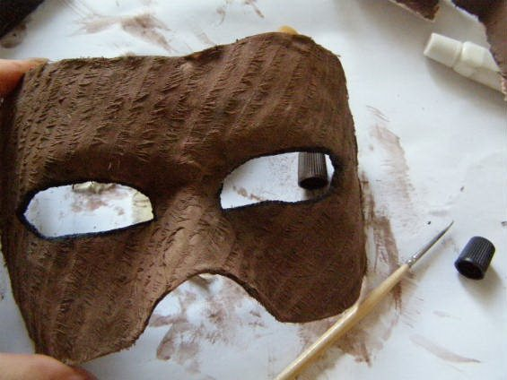 Покрываем маску краской
