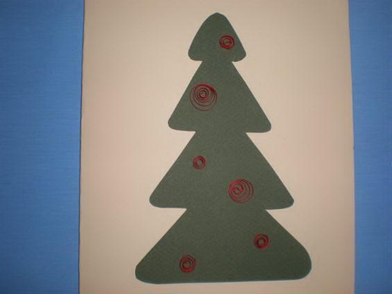 Фиксируем клеем полоски на новогодней открытке в технике квиллинг