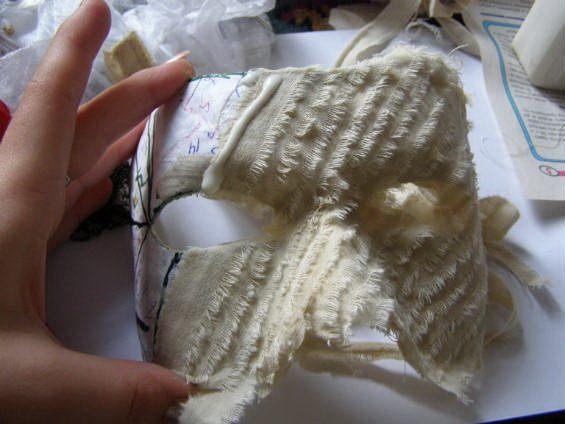 Обклейте маску полосками ткани