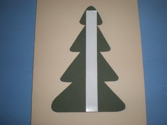 Вырезаем елку и крепим на картон