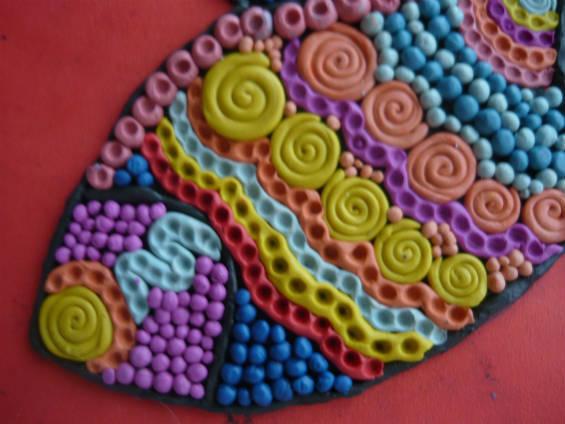 Заполнение бабочки из пластилина декоративными элементами