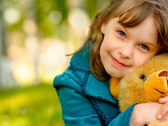 девочка с игрушкой медведем