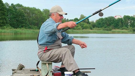 дедушка на рыбалке