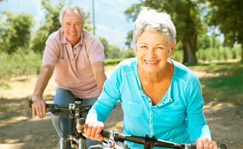 пожилые люди занимаются спортом