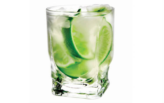 Простой коктейль с водкой и лаймом
