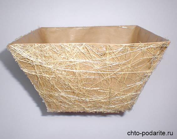 Коробка, обернутая крафт-бумагой и полотном сизаля