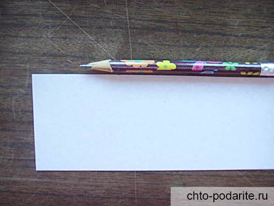 Кусочек листа бумаги и простой карандаш
