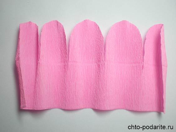 Вырезаем заготовку из гофрированной бумаги длиной около 15 см