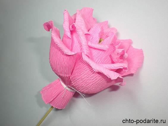 Выворачиваем края лепестков розы из бумаги наружу
