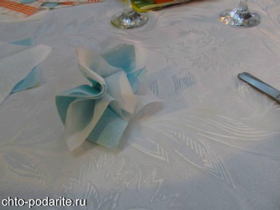 Цветок из голубой и белой салфеток