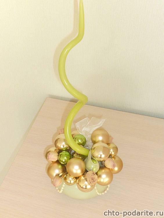 Готовая новогодняя композиция из шаров, свечи и сухих цветов