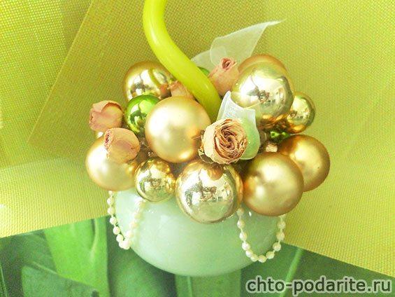 Новогодняя композиция из шаров, свечи и сухих цветов