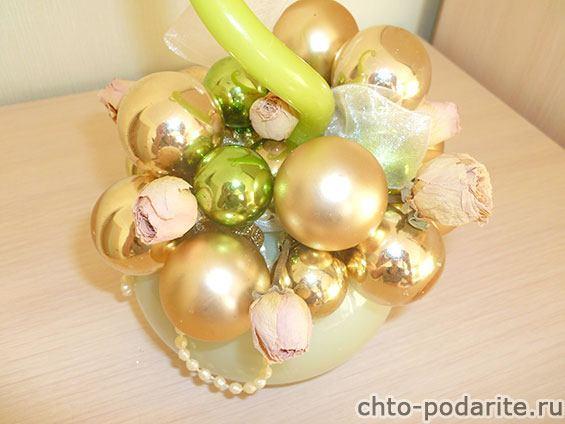 Вставляем сухие цветы между шарами