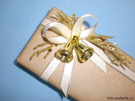 Простая упаковка подарка на Новый год, шаг 7