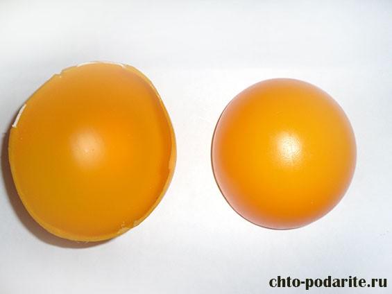 Две половинки желтого пластмассового шарика