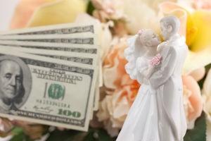 Что подарить на свадьбу — деньги или подарки?
