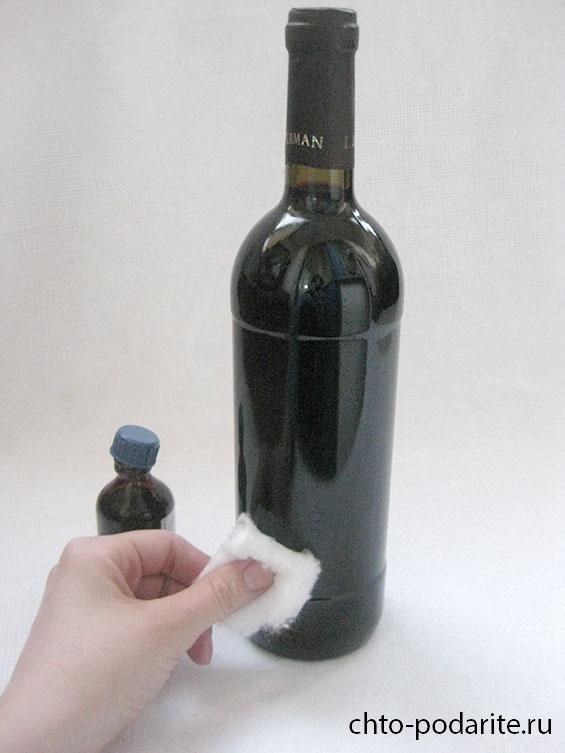 Обезжириваем винную бутылку при помощи спирта