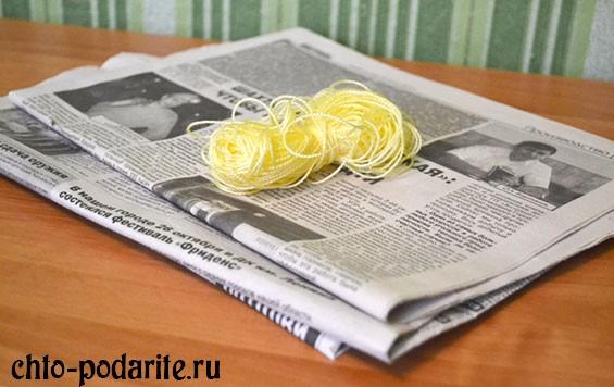 Газета и нитки
