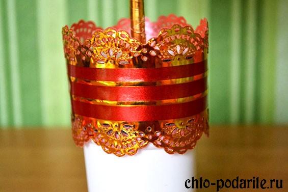 Ведерко, украшенное липкой декоративной лентой