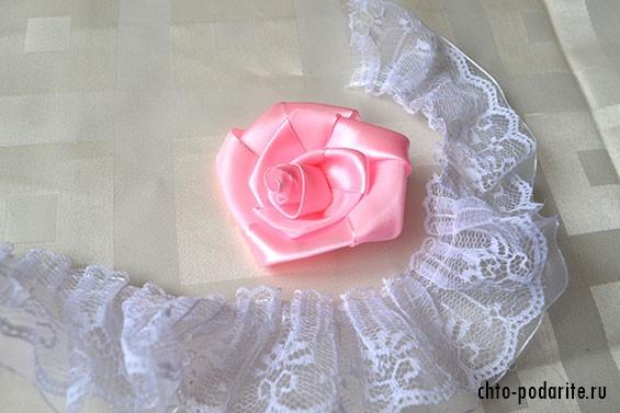 Атласная роза и кружевная лента