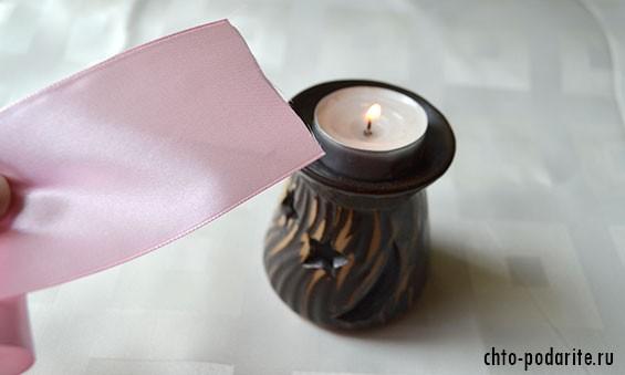 Проводим атласной лентой по пламени свечи