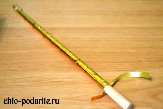 Обматываем палочку от суши лентой