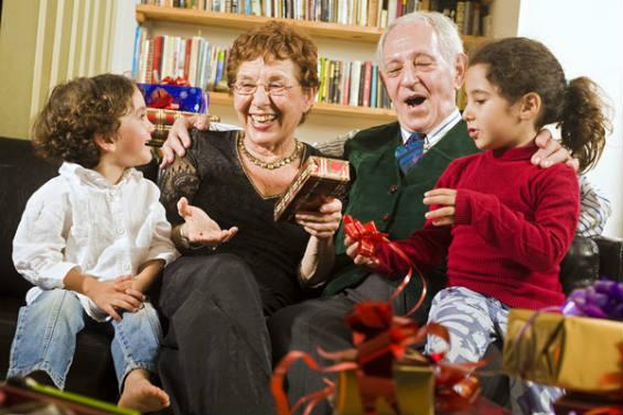 Идеи приятных подарков для бабушки и дедушки