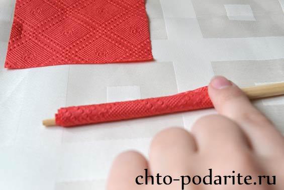 Накручиваем салфетку на палочку для суши