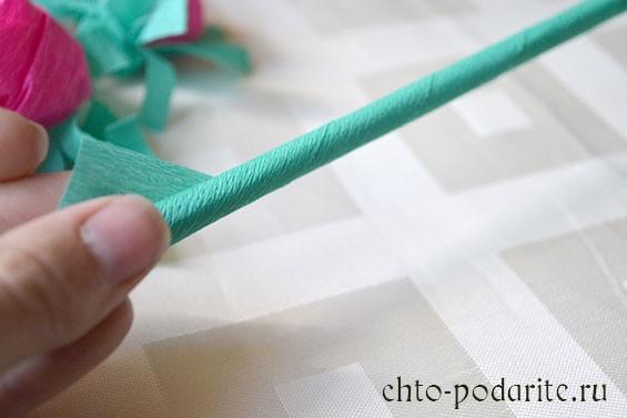 Обматываем палочку для суши зеленой гофрированной бумагой и закрепляем клеем