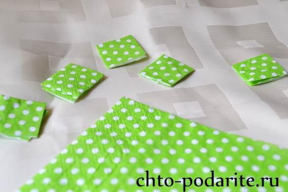 Нарезаем кусочки из салфетки