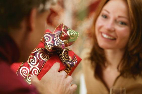 Что подарить малознакомой женщине?