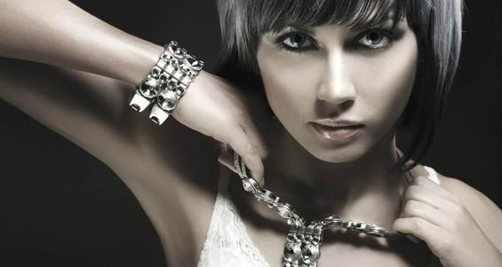Серебряные украшения на девушке