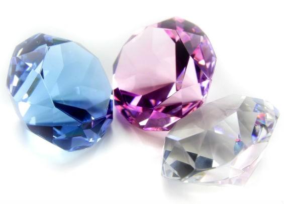 Искусственный бриллиант в подарок: особенности выбора по типам внешности