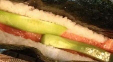 Роллы с огурцом и лососем