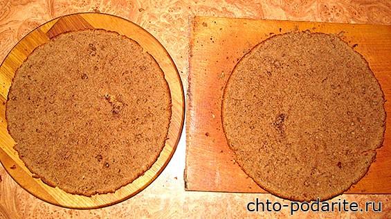 Разрезаем коричневый корж