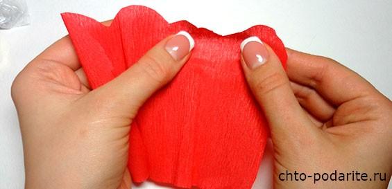 Пальцами слегка растянем в разные стороны гофрированную бумагу, сделав ее слегка выпуклой