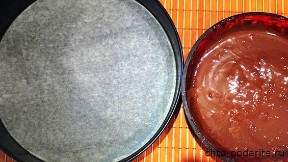 форма для выпекания, застеленная бумагой, и жидкое тесто
