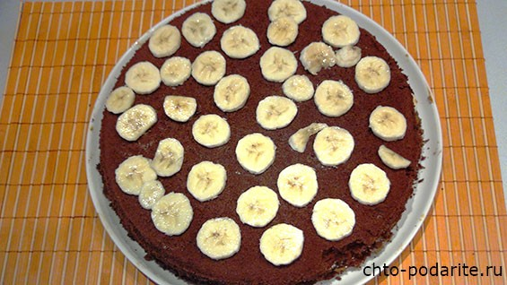обкладываем торт бананами