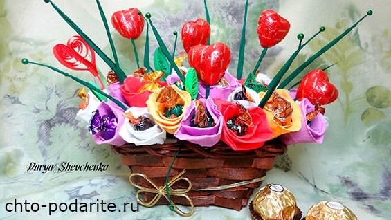 Букетно-конфетная композиция с сердечками