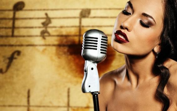 Девушка возле микрофона