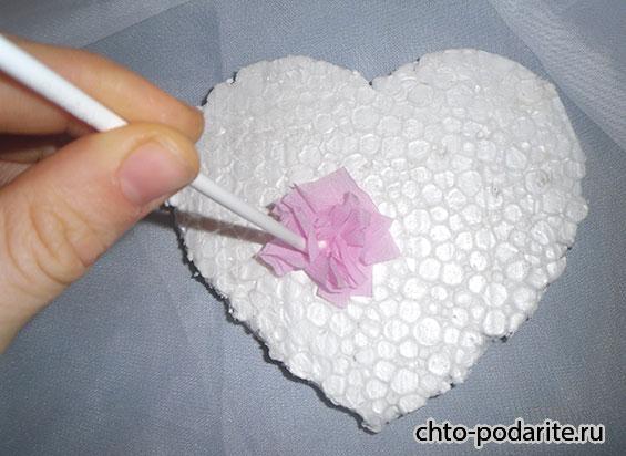 Прикрепляем гофрированную бумагу на сердце